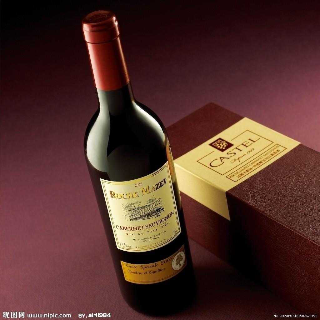 """1、产区(Appellation) 法国的相关法律对本国葡萄酒的定义、分级和命名控制做出了许多规定,用以保护葡萄酒的产地名誉及其品质。酒标上标明的""""产区""""意味着此葡萄酒是按照法律规定进行生产的,熟悉葡萄酒的人还能通过产区名称来确认葡萄酒的类型。 2、生物动力法(Biodynamic) 该单词是指一种农业种植方法以及葡萄采摘后的处理方式。生物动力法的原则基于许多精神和哲学方面的考虑,还包括对自然生态学、能量学以及其他方面对葡萄树生长的影响。 3、勃艮第(Bourgogne) 此法文"""