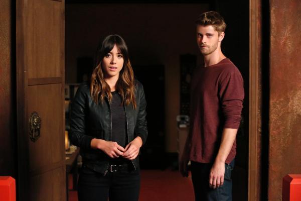 是时候给《神盾局特工》(Marvel's Agents of S.H.I.E.L.D)充充电了!TVline刚刚获悉,卢克·米切尔(Luke Mitchell)被正式提升为第三季的常规演员。   这位曾出演《未来青年》(The Tomorrow People)的澳大利亚演员今年四月首次以林肯(Lincoln)的身份亮相《神盾局》,在剧中他是斯凯(Skye)在来世(Afterlife)认识的第一个异人族(Inhuman)朋友。   在第二季季终集里来世的领导佳颖(Jiaying)
