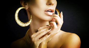 成年女性用大耳环对付中年危机?