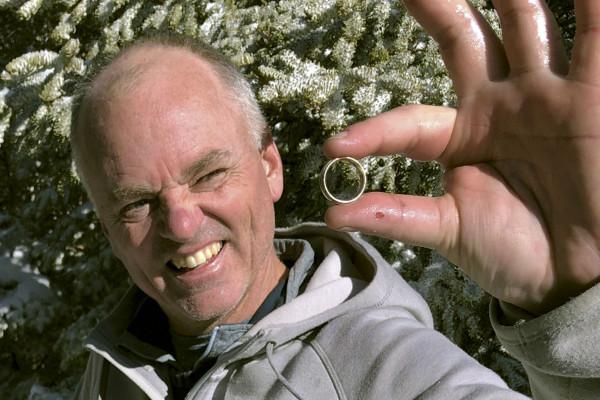 徒步旅行者在雪山上奇跡般地找到了丟失的結婚戒指