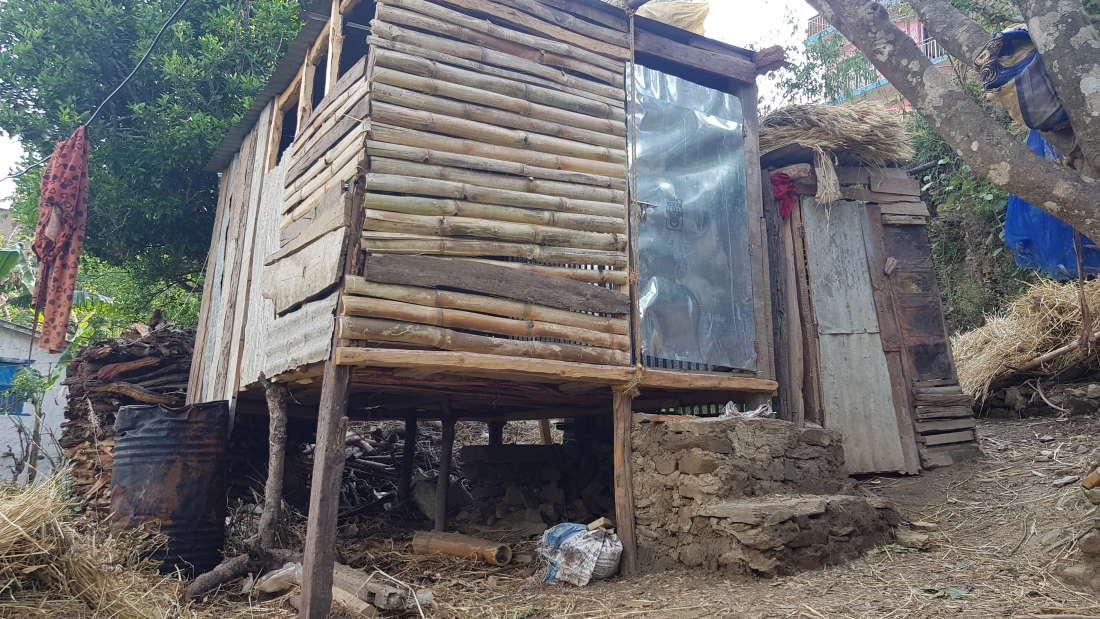 """尼泊尔中西部的许多妇女,仍然被迫睡在危及生命的""""月经小屋""""里"""