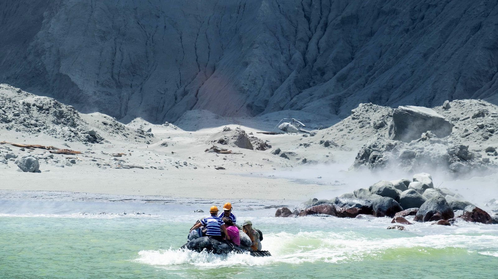 尽〗管有第二次喷发的警告,新西兰救援队在白岛发现了6具尸体