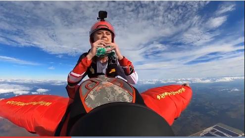 一名女子在高空跳伞时做巨无霸汉堡吃播