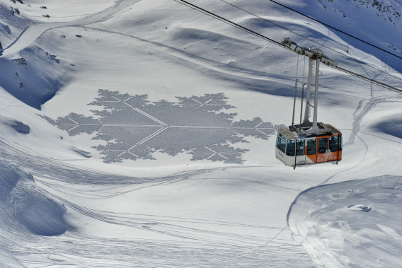 艺术家在雪中创造了迷人的几何图案