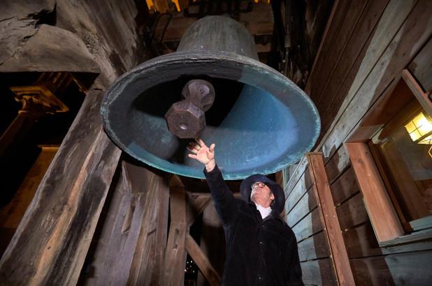 冠状病毒大流行,瑞士警卫敲响大教堂希望的钟声