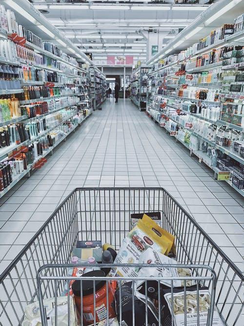 新的研究表明,雜貨店和大學應該首先重新開放
