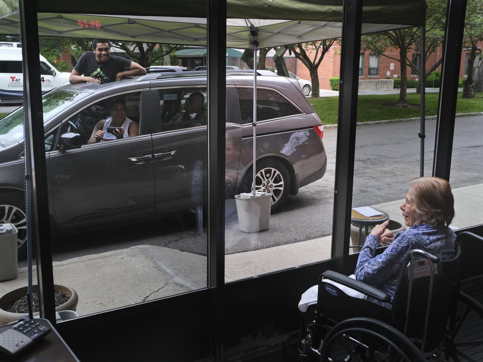 虽然有严格的规定,但是探访者可以进入纽约的养老院