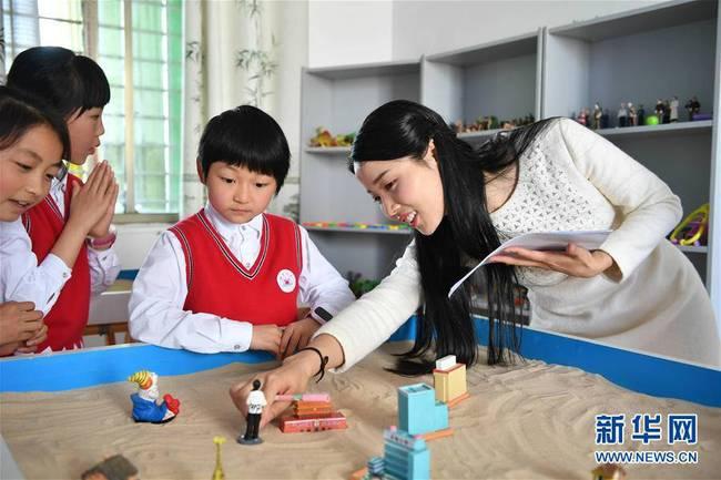 每日一词∣教师减负 reduce the burden of teachers