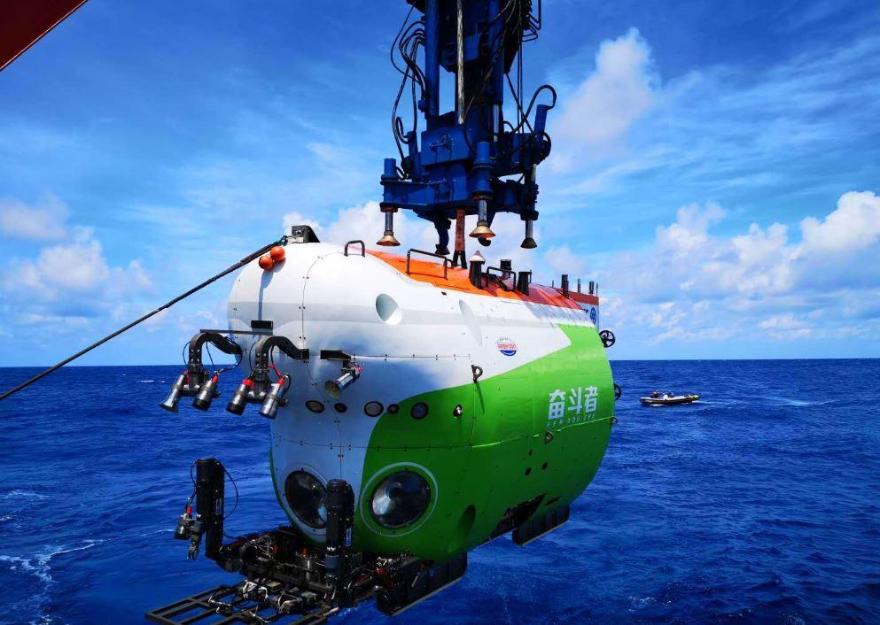 """""""奋斗者""""号载人潜水器在马里亚纳海沟成功坐底"""