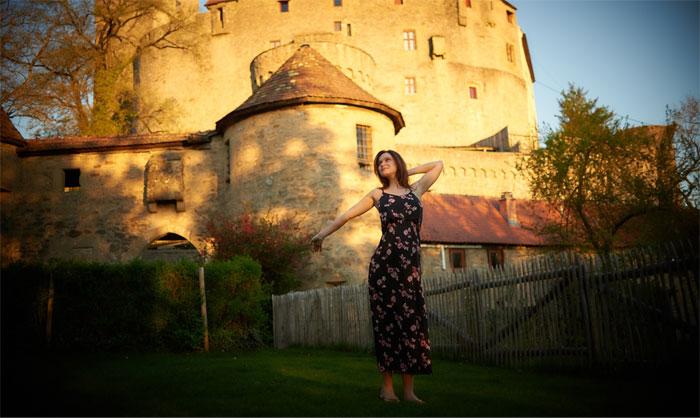 在1482年建造的这座6460平方英尺的城堡里,一位女士分享了她的快乐和困难